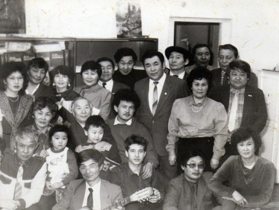 Я с коллективом редакции газеты Буряад унэн, в центре снимка; издательский подкидыш :) С гитарой - мой отец. Мне уже почти шесть лет.