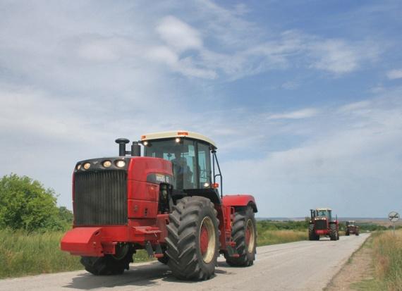 тракторы Buhler бороздят просторы цветущей...
